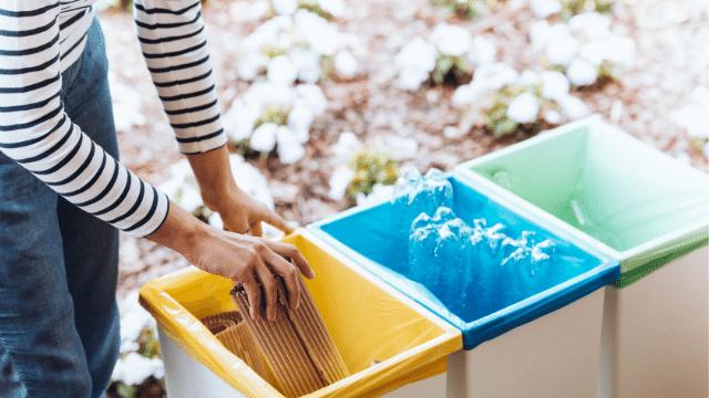 Separe o lixo orgãnico do lixo reciclável em sua casa. Isso é essencial para colocar as dicas de sustentabilidade para casa em prática