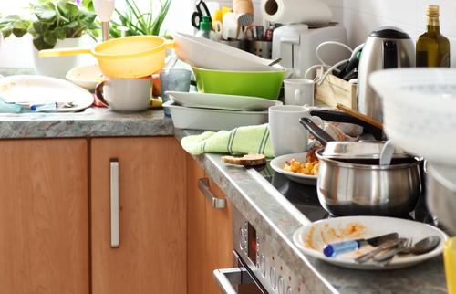Saiba limpar a pia da cozinha e não deixe a louça acumular