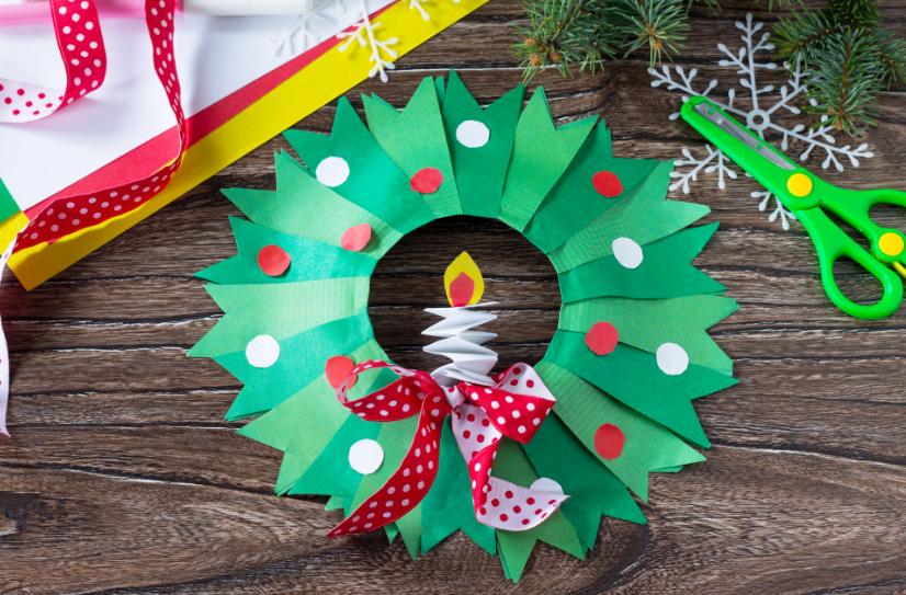 Faça a sua própria Guirlanda de Natal com aquilo que você tem em casa. Essa é uma ideia de como fazer uma decoração natalina gastando pouco