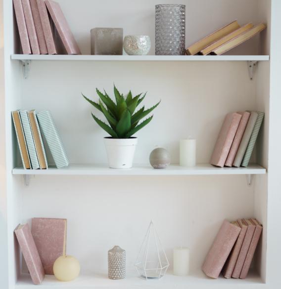 Prateleiras são ótimas para organizar apartamentos pequenos
