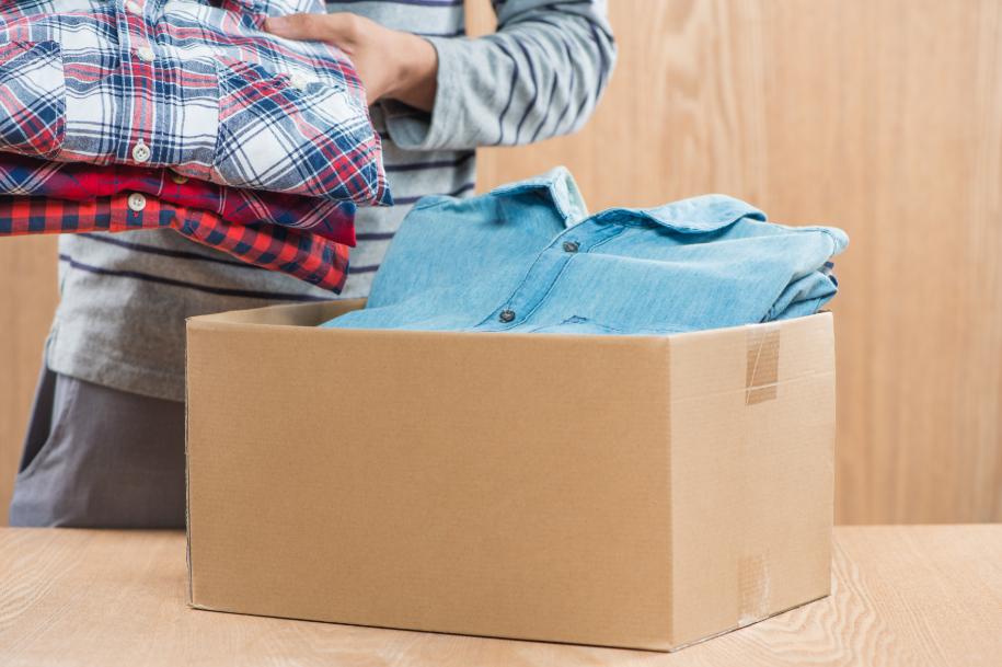Um dos primeiros passos para separar roupas para doação é organizar o seu armário.