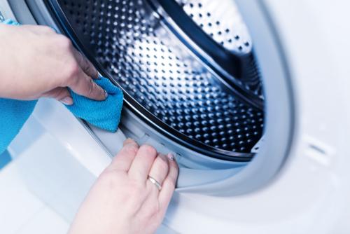 A máquina de lavar roupas também precisa ser limpa! Isso aumenta sua eficiência e conservação. Confira as dicas e receitas de limpeza para sua máquina!