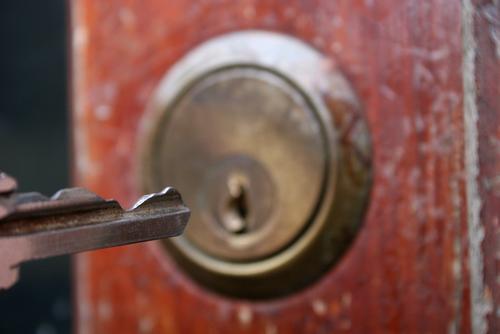 Descubra maneiras de nunca mais perder a chave de casa, ou formas de acionar um chaveiro de confiança da Porto Seguro chaveiro residencial.